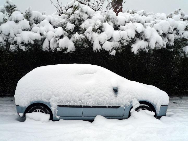 Tárolja télen autóját könnyűszerkezetes garázsban!
